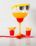 在玛格丽塔酒玻璃,红色和橙色组合的五颜六色的饮料, 免版税库存图片