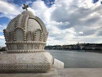 在玛格丽特桥梁的冠在多瑙河在布达佩斯,匈牙利 免版税库存图片