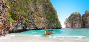 在玛雅人海湾发埃发埃海岛沙子的小船  库存照片