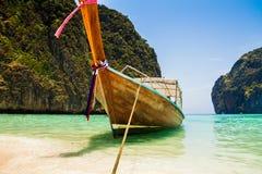 在玛雅人海湾的一条长尾巴小船 库存图片