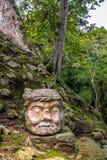在玛雅废墟的被雕刻的老人头- Copan考古学站点,洪都拉斯 免版税库存照片