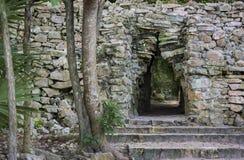 在玛雅废墟的门道入口 免版税库存图片