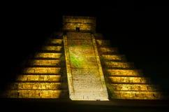 在玛雅金字塔的轻的展示在奇琴伊察 墨西哥, 库存照片