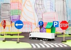 在玩具城市模型的白色卡车切口路 免版税图库摄影