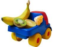 在玩具汽车卡车ogranic食物的少量异乎寻常的果子 免版税库存图片