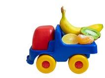 在玩具汽车卡车ogranic食物的异乎寻常的果子 库存照片