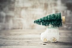 在玩具汽车的圣诞树 抽象空白背景圣诞节黑暗的装饰设计模式红色的星形 假日卡片 库存照片