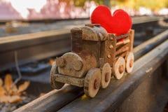 在玩具火车概念的心脏 爱的情人节背景抽象符号 图库摄影