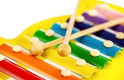 在玩具白色木琴的背景五颜六色的乐趣 免版税库存图片