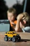 在玩具的机器在男孩的背景 免版税库存图片