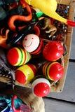 在玩具篮子的五颜六色的Maracases 库存图片