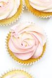 在玫瑰形状的美丽的杯形蛋糕  库存图片