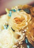 在玫瑰的婚戒 免版税库存图片