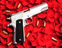 在玫瑰的枪 库存图片