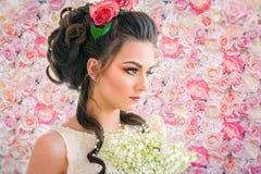 在玫瑰背景的新娘画象 库存照片