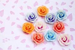 在玫瑰色花形状的蜡烛  库存图片