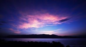 在玫瑰色黎明的湖波纹 免版税库存照片