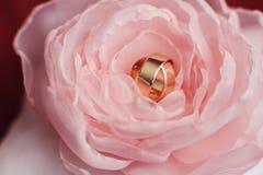 在玫瑰色flavers天金子的婚戒 免版税库存图片
