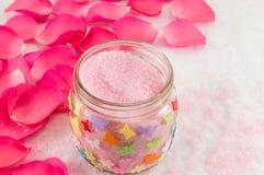 在玫瑰花瓣和腌制槽用食盐的桃红色玫瑰 免版税库存照片