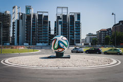 在环形交通枢纽中间的巨大的Brazuca正式比赛球在米兰,意大利 库存照片
