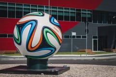 在环形交通枢纽中间的巨大的Brazuca正式比赛球在米兰,意大利 免版税库存图片