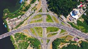 在环形交通枢纽交通下看法的空中上面在基辅 在夏天射击的寄生虫 股票录像