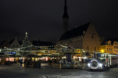 在环形交通枢纽和圣诞节蒸汽机车的晚上视图在塔林,爱沙尼亚 库存照片