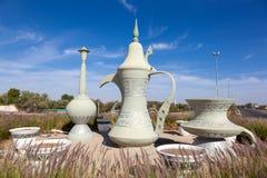 在环形交通枢纽的咖啡壶雕塑在艾因 免版税库存照片