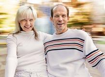 在环形交通枢纽的夫妇骑马在公园 免版税库存照片