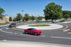 在环形交通枢纽的汽车 免版税图库摄影