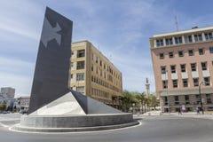 在环形交通枢纽的纪念碑在对卡迪士, i港的入口附近  库存照片