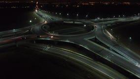 在环形交通枢纽的鸟瞰图,夜视图,特写镜头 股票录像