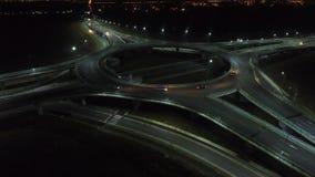 在环形交通枢纽的鸟瞰图,夜视图,特写镜头 股票视频