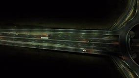在环形交通枢纽的鸟瞰图,夜视图 股票录像