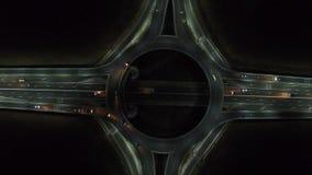 在环形交通枢纽的鸟瞰图,夜视图 股票视频