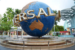 在环球影业的转动的地球喷泉在新加坡 库存图片
