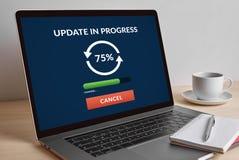 在现代便携式计算机屏幕上的更新概念 库存照片