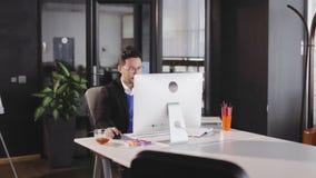 在现代办公室供以人员在键盘的类型 股票视频
