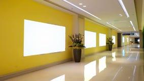 在现代商业修造的通道大厅的被带领的空白的广告牌 库存图片