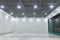 在现代商业大厦天花板的被带领的云幂灯 免版税库存照片