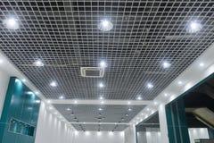 在现代商业大厦天花板的被带领的云幂灯 免版税库存图片