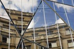 在现代大厦反映的老大厦 免版税库存图片