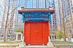 在现代大厦的中国传统门 免版税库存照片