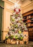 在现代客厅或办公室大厅的装饰的圣诞树 免版税库存照片
