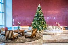 在现代客厅或办公室大厅的装饰的圣诞树 库存照片