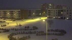 在现代平的公寓区之间的汽车驱动在冬天 4K 影视素材