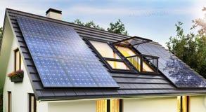 在现代房子的屋顶的太阳电池板 库存图片
