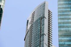 在现代摩天大楼中央商业区和财政力量和经济developm的大厦标志的印象深刻的都市看法 库存图片