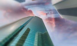 在现代摩天大楼的日落 其中任一辆是城市可能国家(地区)黄昏英语第一个前景办公室告诉的街道世界的被弄脏的大厦汽车 免版税库存照片