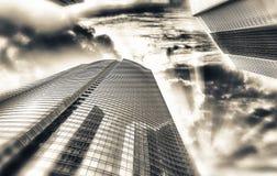 在现代摩天大楼的日落 其中任一辆是城市可能国家(地区)黄昏英语第一个前景办公室告诉的街道世界的被弄脏的大厦汽车 免版税图库摄影